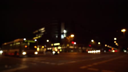 автобус : Defocused view of busy intersection in Berlin at night with various kinds of traffic passing by (HD)