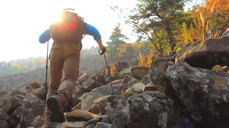 estilo de vida : Backpacker climbs the rocky slope