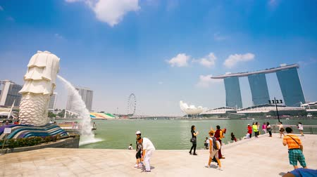 öböl : SINGAPORE - CIRCA FEB 2014: 4k Timelapse of Singapore Merlion and Marina bay sands hotel. The Merlion is a mythical creature, mascot and national personification of Singapore.