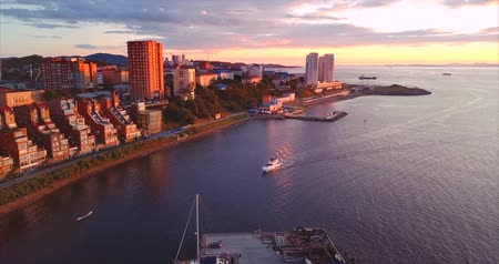 элита : Aerial view of Egersheld peninsula with elite houses and yacht club, Vladivostok, Russia. The yacht is sailing along the Peter the Great Gulf (sea of ??Japan). Evening, sunset Стоковые видеозаписи