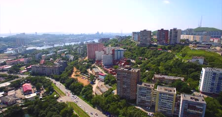 urbanística : Aerial ascending view of Vladivostok residential district with streets, houses, Mine Park (Minny Gorodok) with lakes. Beautiful summer day. Russia