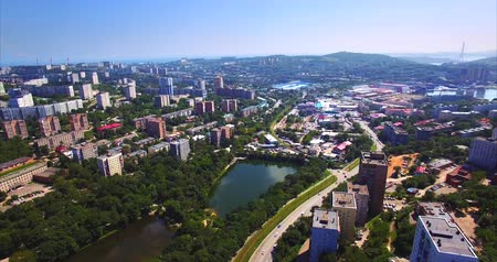 olhando a câmera : Aerial view of Mine Park (Minny Gorodok), a former military base that was founded in 1880. View of residential area of ??Vladivostok with streets, buildings, roads. Russia
