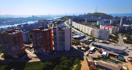 urbanística : Aerial ascending view of Vladivostok residential district with streets, houses, Golden Horn harbor is on the right. Nice summer day. Russia Vídeos