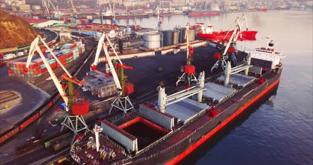 kirakodás : VLADIVOSTOK, RUSSIA-DECEMBER 2, 2017: Aerial static view of a coalship that is unloaded in Vladivostok Commercial port. Far East of Russia Stock mozgókép