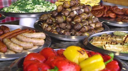 kiełbasa : Food on the nature. Varied natural cuisine. On the table are many bowls of meat and vegetables. Stock video Wideo
