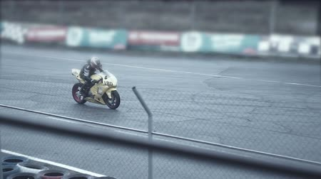 provést : sportsmen on a yellow bike leaves a moto track hd Dostupné videozáznamy