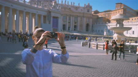girl does a photo on the central square of the Vatican Piazza San Pietro Stock mozgókép