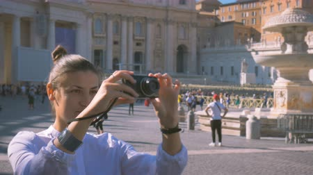 amfiteátr : girl does a photo on the central square of the Vatican Piazza San Pietro Dostupné videozáznamy