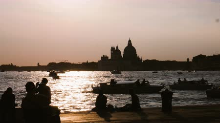 фарватер : silhouettes of people enjoying the sunsets in Venice on the channel Стоковые видеозаписи