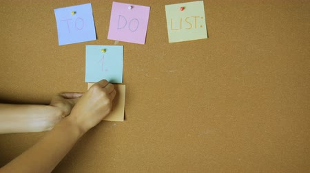 объявлять : To do list for designer. Hands pining sticky notes on pin board funny animation Стоковые видеозаписи
