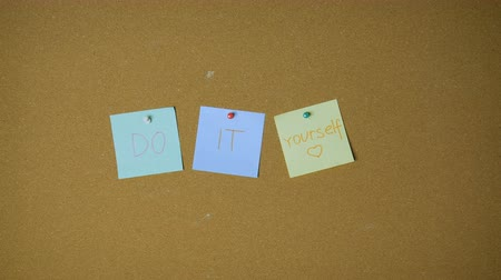 объявлять : Do it yourself. Hands pining sticky notes on pin board funny animation