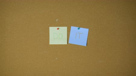 объявлять : Do it. Hands pining sticky notes on pin board funny animation