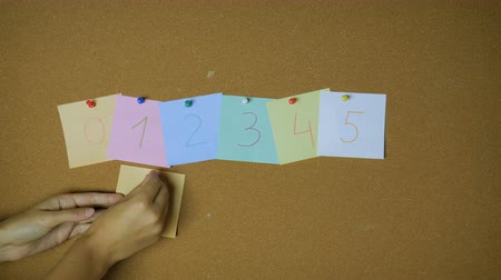 rajzszeg : Numbers zero to nine. Hands pining sticky notes on pin board funny animation