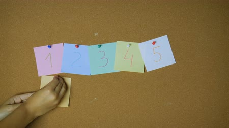 rajzszeg : Numbers one to nine and zero Hands pining sticky notes on pin board funny animation Stock mozgókép