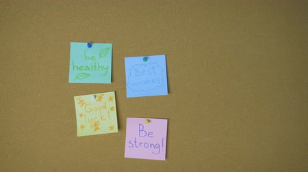 rajzszeg : Hands pining sticky notes on pin board funny animation