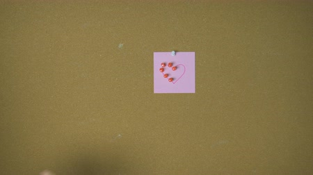 segnalibri : Hands pining heart on sticky notes on pin board funny animation