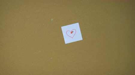 rajzszeg : Hands pining heart on sticky note on pin board funny animation