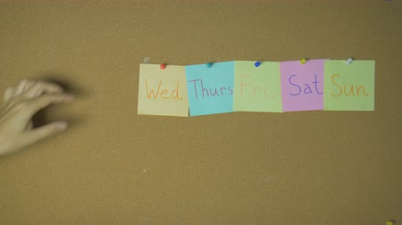 quinta feira : Days of week. Hands taking off sticky notes on pin board funny animation