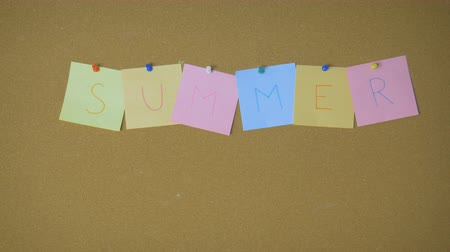объявлять : Summer. Hands pining and taking off sticky windy notes on pin board funny animation Стоковые видеозаписи