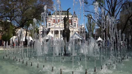 bulgaristan : The beautiful pond in front of Ivan Vazov National Theatre in Sofia, Bulgaria.