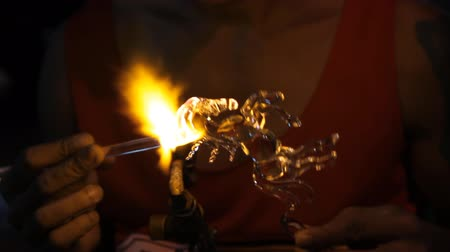 foukání : Blown glass by fire to create a horse.