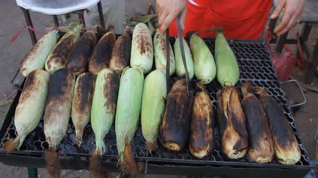 kukoricacső : Grilled corn on the stove on the market.