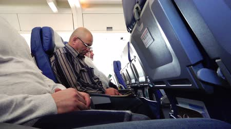 palavras cruzadas : Man crossword puzzles passenger during the flight sitting in a chair