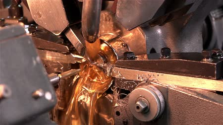 ložisko : Turning to the details of the movement of wrist watches from the workpiece.