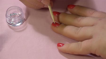 pinky : application of crystals on a layer of red nail polish after staining
