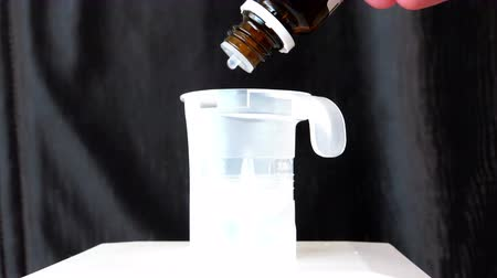 custo : human hand medication drips clear of the brown glass bottle Vídeos