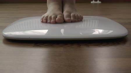 стоять : human legs get in the electronic scale located on the floor and measure your weight Стоковые видеозаписи