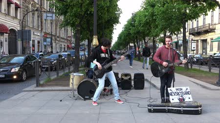 négy ember : Musicians make money performance on the street in front of tourists