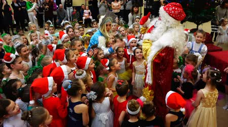 manó : Santa Claus and Snow Maiden surrounded by children of athletes