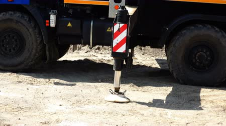 telescopic : The hydraulic cylinder of the sliding support of the truck crane enters the support column