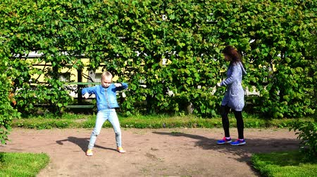 шланг : three generations of girls are dancing and fooling around in the street