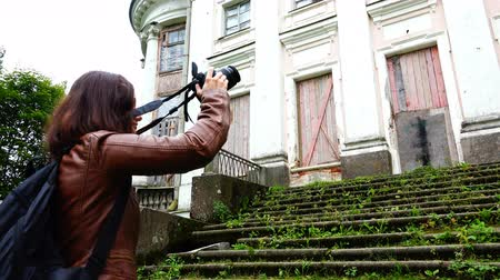 film camera : photographer removes the facade of the estate of the tsarist times Stock Footage