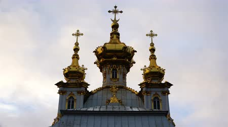 尖塔 : Golden domes with crosses on the Church