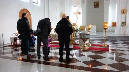 благодать : sinful people in the church pray and pray for sins before the icons. Стоковые видеозаписи