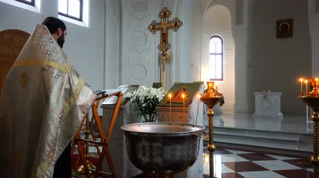 ksiądz : the holy father reads a prayer in the church before the ritual of baptism Wideo