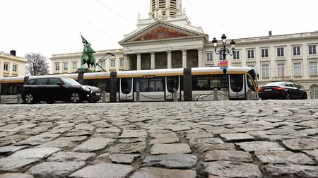 kikövezett : Belgium, November 24, 2017, Brussels transport moves along the cobbled road around the ring in the square Stock mozgókép