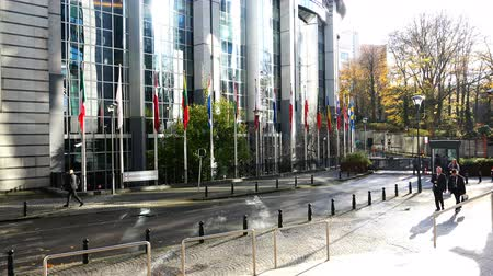 membro : Belgium, 24 November 2017, Brussels guard and tourists outside the building of the European Parliament with flags of different nations