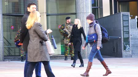 bruxelas : Belgium, November 24, 2017, Brussels, the military armed with automatic weapons and in military uniforms guard the state facility