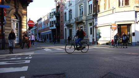 старомодный : Belgium, 22 November 2017, Leuven, cyclists and pedestrians persecute the intersection of the streets of the city