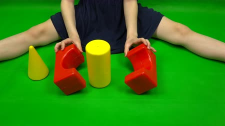geliştirmek : Female hands fold a figure from cubes of different shapes. Stok Video