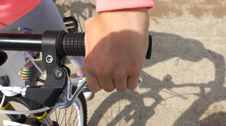 lever : checking the functioning of braking on a bicycle.