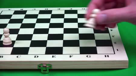 rycerze : arrangement of white pawns in a row on a chessboard. Wideo