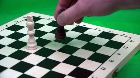 porażka : option in which the black queen wins the white king in the chess game.