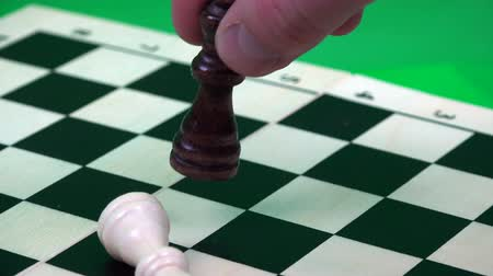 мозговая атака : Queen kills the king on a white checkerboard cage.