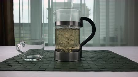 teacup : boiling water is poured into a transparent kettle.