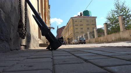 прикован : Russia, July 16, Vyborg iron black anchor on the chain against the wall of the house